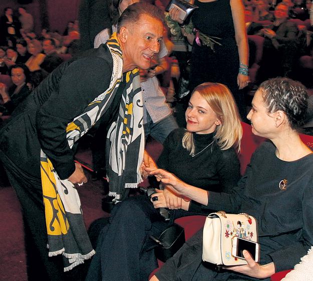 Олега МЕНЬШИКОВА первой с успехом поздравила жена Настя