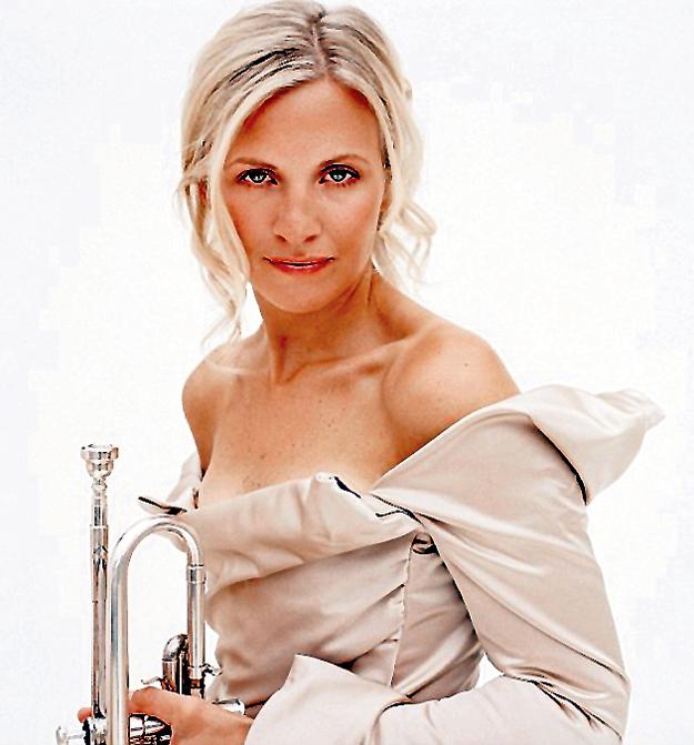 Элисон БЭЛСОМ освоила редкий для женщины музыкальный инструмент