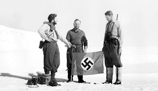 Нацисты каким-то образом застолбили за собой южный континент. И если за богатства Арктики сейчас идут «бои» между несколькими странами, то на Антарктику рот никто особенно не разевает
