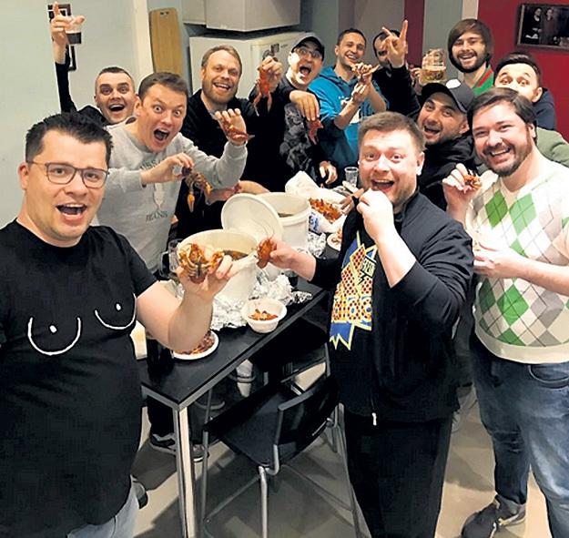 В свой юбилей, который выпал на начало Великого поста, Гарик ХАРЛАМОВ проставлялся друзьям из «Comedy Club» скромнее обычного - раками и пивом. Фото: Instagram.com
