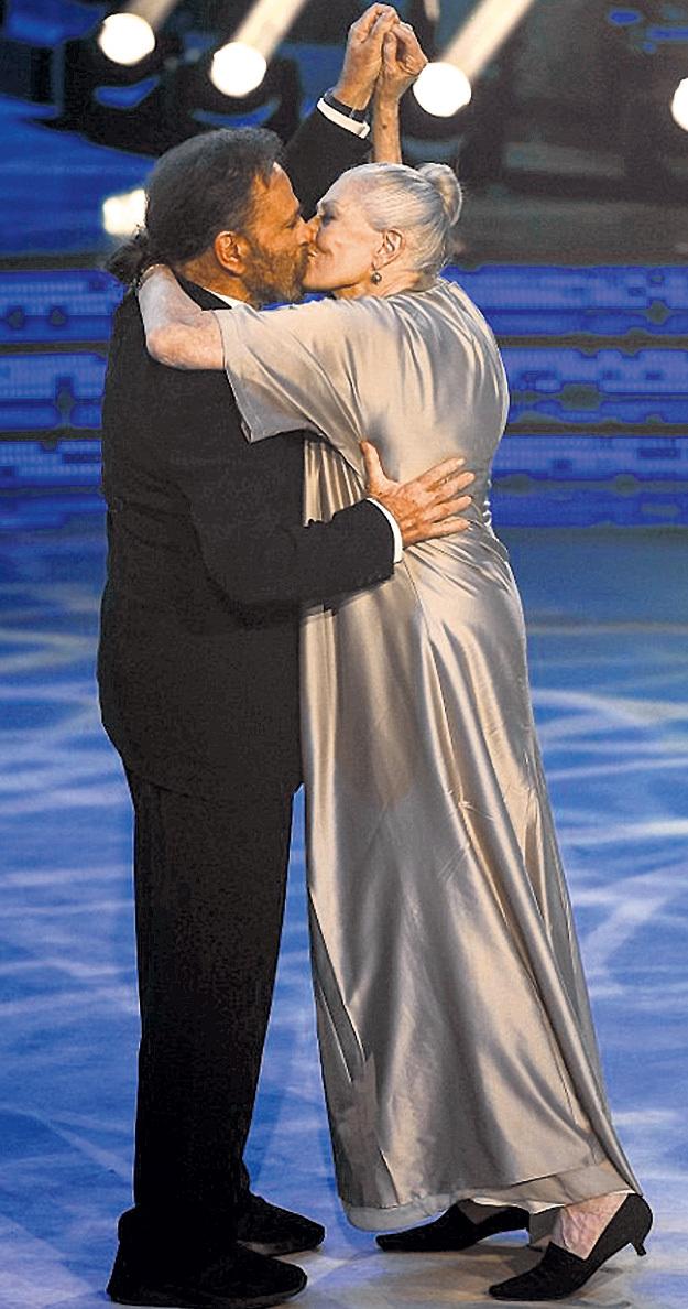 На днях в итальянской версии телешоу «Танцы со звёздами» Франко и Ванесса обменялись на зависть молодым чувственным поцелуем