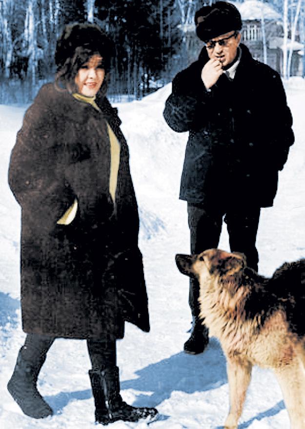 Белла Ахатовна с другом - писателем Юрием КАЗАКОВЫМ в Переделкино (1966 - 1967 гг.)