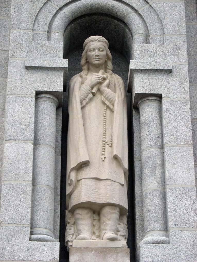 Статуя Катери Текаквита Джозефа-Эмиля Брюне в базилике Сент-Анн-де-Бопре, недалеко от Квебека. Фото: Википедия