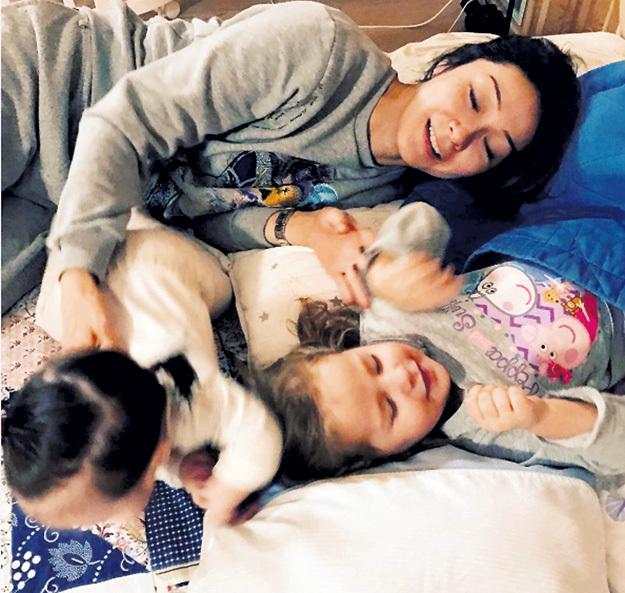 Родив сестрёнку Дарину старшей дочке Бриане, телеведущая Марина КИМ призналась, что месяц пребывала в шоковом состоянии: «Я просто не справлялась с двумя детьми, но потом всё наладилось». Фото: Instagram.com