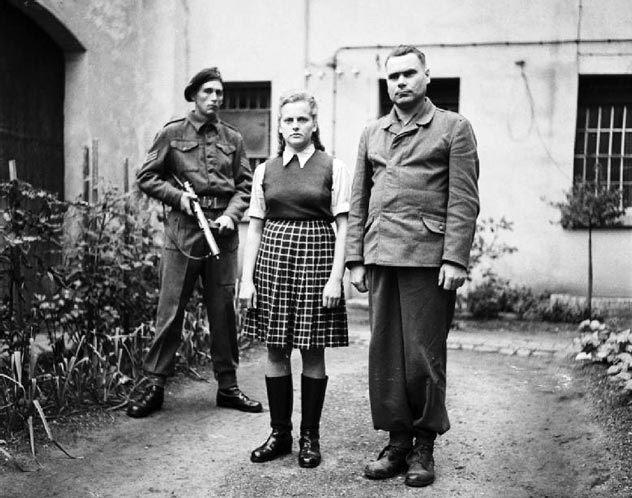 Ирма Грезе (в центре) и Йозеф Крамер (справа) в плену. Источник: wikimedia.org