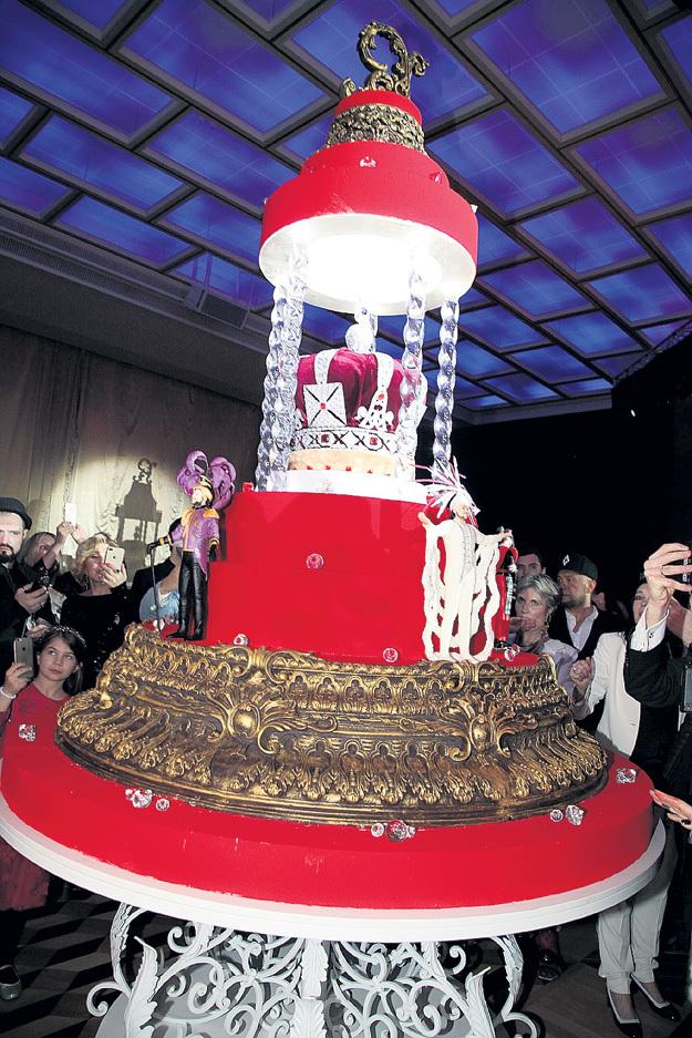 400-килограммовый торт украшали фигурки Филиппа