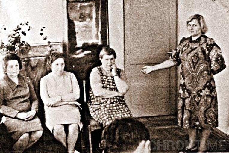 Антонина Гинзбург (крайняя справа из сидящих) во время предъявления для опознания. Источник: ru.wikipedia.org