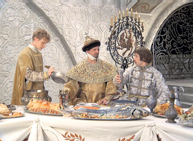 На царский стол шёл свежайший продукт, до консервантов тогда не додумались (кадр из кинофильма «Иван Васильевич меняет профессию»)