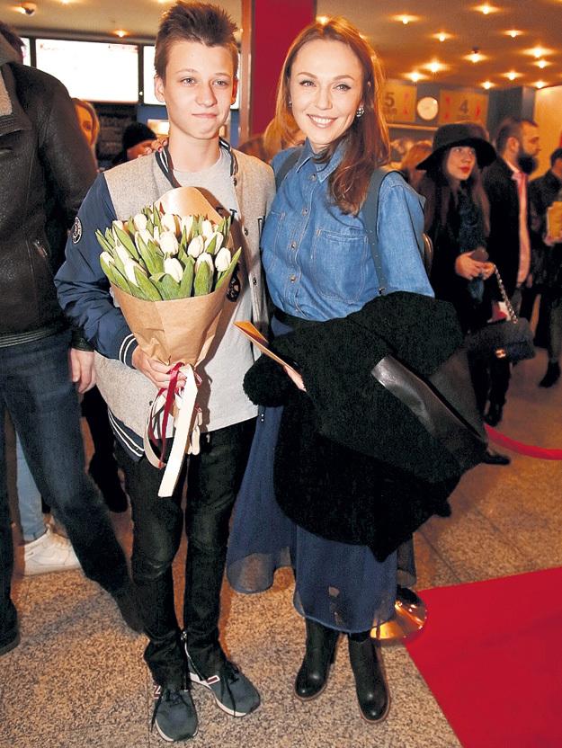 Супруга музыканта Альбина ДЖАНАБАЕВА и их старший сын Костя