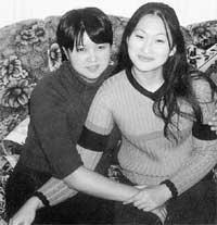 ЛЕНА ЧЕ (СЛЕВА) С ПОДРУГОЙ: в &#034Убойной силе&#034 ее спасли...