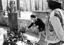 РЕКЛАМНАЯ АКЦИЯ: чтобы раскрутить свой клип &#034Позови меня с собой&#034, Пугачева в компании журналистов отправилась на могилу автора песни - Татьяны Снежиной