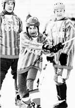 ЕВГЕНИЙ МАНКОС (В ЦЕНТРЕ): во время игры ветеранов сборной СССР против ульяновских хоккеистов (январь 2003 года)