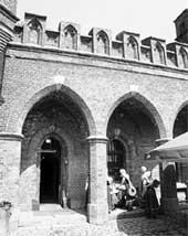 КАФЕ &#034СОЛНЕЧНЫЙ КАМЕНЬ&#034: бывшие &#034Росгартенские ворота&#034, где останавливался барон Мюнхгаузен
