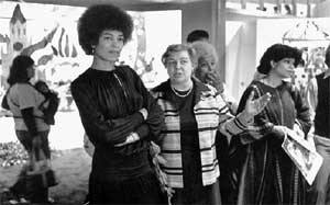 НА ВЫСТАВКЕ &#034СОВЕТСКАЯ ЖЕНЩИНА&#034 В США: Зоя и Анджела Дэвис (1966 г.)