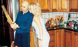 С КАРТИНОЙ-ПРЕЗЕНТОМ: может быть, ее повесят на кухне