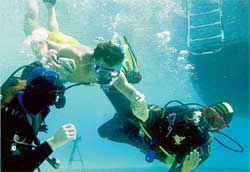 РАБОЧИЙ МОМЕНТ СЪЕМОК: Артур Ваха учится плавать с аквалангом