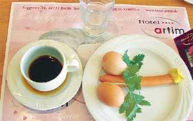 ИЗЫСКАННЫЙ ЗАВТРАК: у Гарика Сукачева и его друзей почему-то аппетита не вызвал