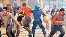 КАДР ИЗ СЕРИАЛА: разгон демонстрантов полицией