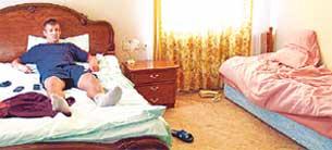 СЕРГЕЙ СЕМАК: поселился в одном номере с бывшим одноклубником Хохловым. Причем Дмитрий, приехавший в Бор раньше, захватил широкую кровать, а Семаку досталась маленькая. Пока соседа в номере нет, Сергей валяется на койке приятеля
