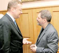ЗАММИНИСТРА АЛЕКСАНДР ЯКОВЕНКО: объяснял Леонтьеву, что согласно протоколу, держать стакан двумя руками - моветон
