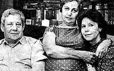 С БЫВШИМ СВЕКРОМ И ЕГО ВТОРОЙ ЖЕНОЙ: Высоцкий-старший всегда привечал первую жену сына
