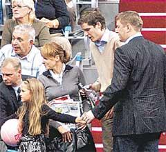 ПОСЛЕ ОТЛУЧКИ: заботливый папа не только накормил дочку, но и купил ей мяч