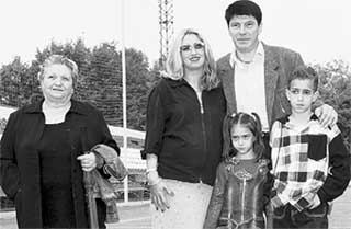 ДАСАЕВ С СЕМЬЕЙ: слева направо - Мария дель Мар, Беатрис, Алия и Мигель (фотографировать Салима папа пока не разрешает)