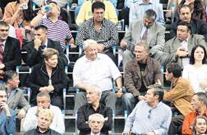 В VIP-ЛОЖЕ НА «КУБКЕ КРЕМЛЯ»: в центре - Ельцин с супругой, Фетисов, внучка Ельцина Маша Окулова, чуть повыше - Тайванчик (пьет воду)
