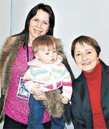 РАДОСТНАЯ ВСТРЕЧА: Мишкутенок, ее дочка и Тамара Москвина
