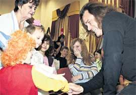 В ДЕТСКОМ ДОМЕ: Тайсон поздравил ребятишек с Новым годом