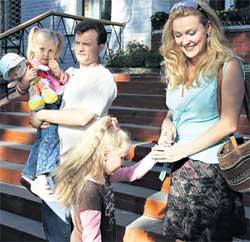 КАДР ИЗ &#034СЕСТЕР ПО КРОВИ&#034: Танюша с мужем и приемными дочками
