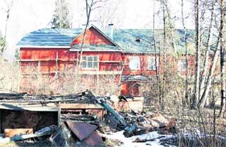 СОСЕДИ: особняк Абдулова возвышается над обуглившимися головешками домика литературоведа