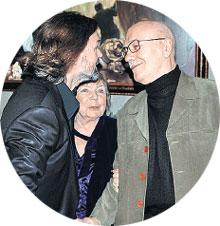 НИКАС (СЛЕВА): принимает поздравления от Куравлева и Аросевой