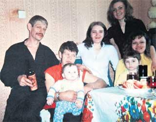 «СЧАСТЛИВАЯ» СЕМЬЯ: слева - дядя Женя, в центре - Екатерина