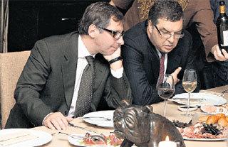 Пётр АВЕН с партнёром по бизнесу перед трудным выбором: что бы ещё съесть