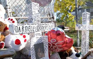 Могила, где похоронены ранее убитые члены семьи Хадсон - 58-летняя Дарнелл Донерсон и 29-летний Джейсон Хадсон