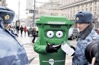 Активист выступал за сортировку мусора...