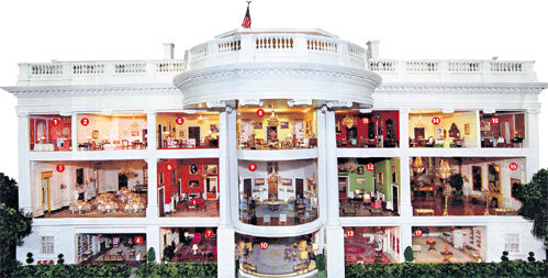 Центральная часть здания. В ней находятся жилые комнаты и залы для приёмов. Знаменитый Овальный кабинет расположен там же, где другие офисы президента и его помощников - в западном крыле здания