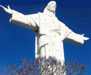 Статуя Христа, недавно построенная на горе Сан-Педро в центре города Кочабамба, на полметра выше знаменитой бразильской