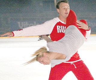 Любовь Татьяны НАВКИ и Марата БАШАРОВА закрутилась на ледовом шоу в вихре танца