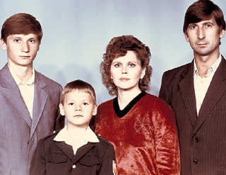 Первоклассник Саша ПАШКОВ со старшим братом Олегом, мамой Зоей Зотеевной и папой Виктором Петровичем
