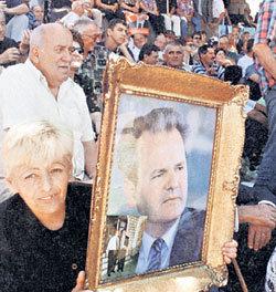 После жестокого убийства в гаагской тюрьме президента Югославии Слободана МИЛОШЕВИЧА его оплакивали миллионы сербов