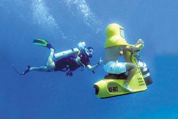 Подводный байкер легко обгоняет пловца