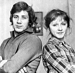 Студенческий брак с однокурсницей Натальей АКИМОВОЙ распался быстро. После она вышла замуж за актёра Игоря СКЛЯРА