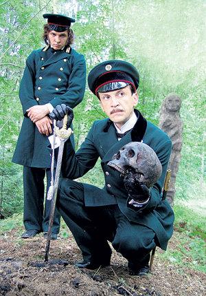 Пётр Телианов (Алексей ВЕРТКОВ) и чиновник Бубенцов (Тимофей ТРИБУНЦЕВ) шокированы странной находкой