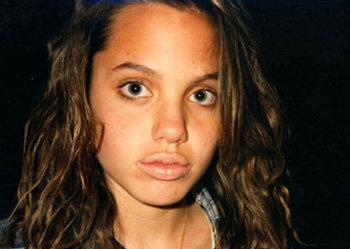 Анджелина-тинейджер - тёмная шатенка. Как выяснилось, крашеная