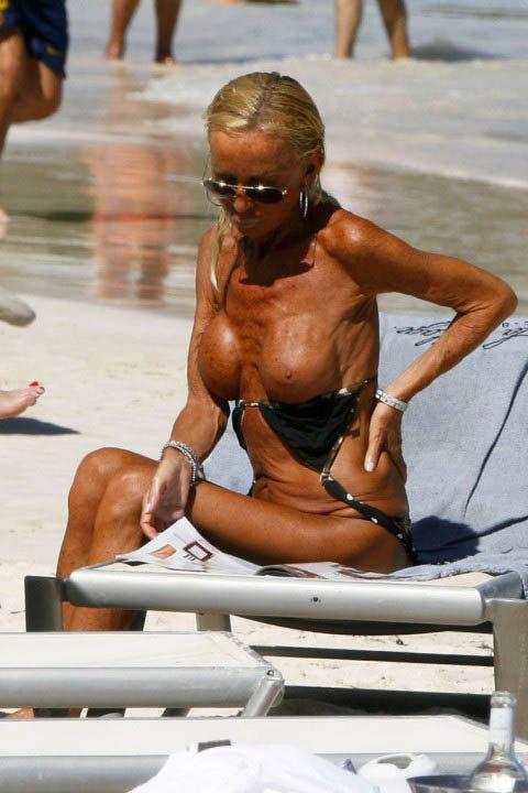 Нимало не смущаясь, 53-летняя знаменитось стянула с себя лифчие и подставила грудь ультрафиолету. Фото: celebrity-gossip.net