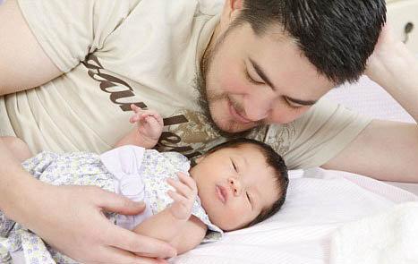Американец Томас Бити из штата Орегон стал первым беременным мужчиной планеты. В 2008 году он родил девочку Сьюзан Джульетт. Фото: Daily Mail