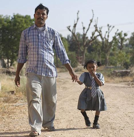 Отец Лакшим искренне верит, что его дочка - многорукая богиня здоровья и плодородия Хинду. Фото: Daily Mail