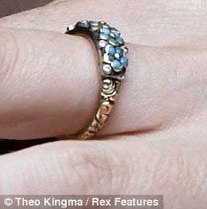 Это кольцо, подаренное Стюартом, Шарлиз не снимала никогда. Фото: Daily Mail